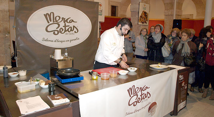 Juan Carlos Benito, de Grumer Catering, cocinando setas en Mercasetas