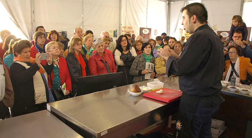 Juan Carlos Benito, de Grumer Catering, cocinando en Mercasetas