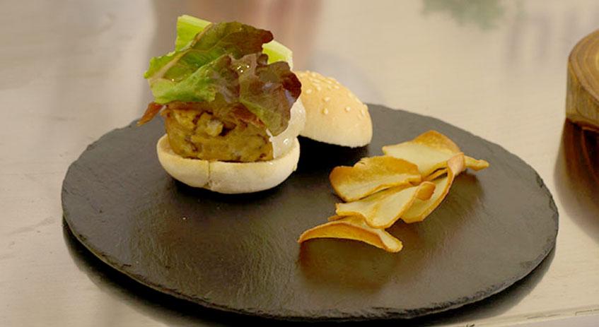 MIniamburguesa con chips de boletus elaborada por Carlos Aldea, del Parador de Soria, para Mercasetas