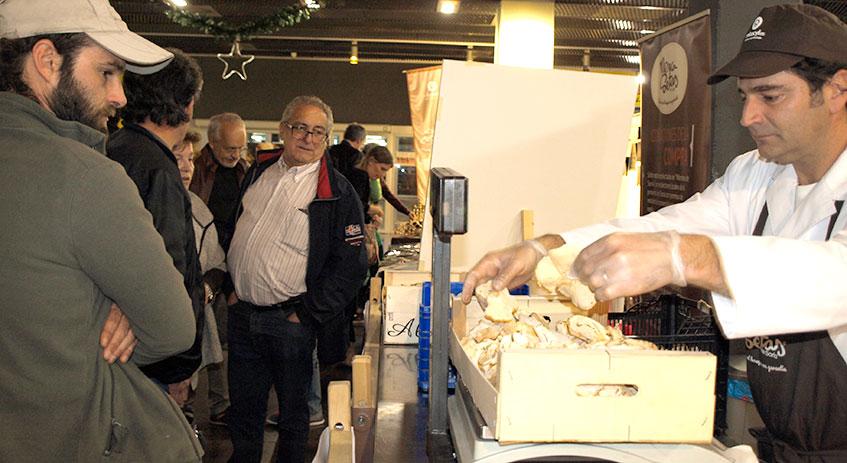 Los recolectores traen las setas a Mercasetas para su compra